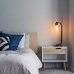 Dormitor ordonat, amenajat în stil scandinav