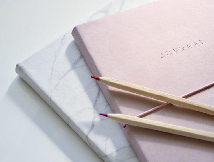 Jurnale colorate și creioane