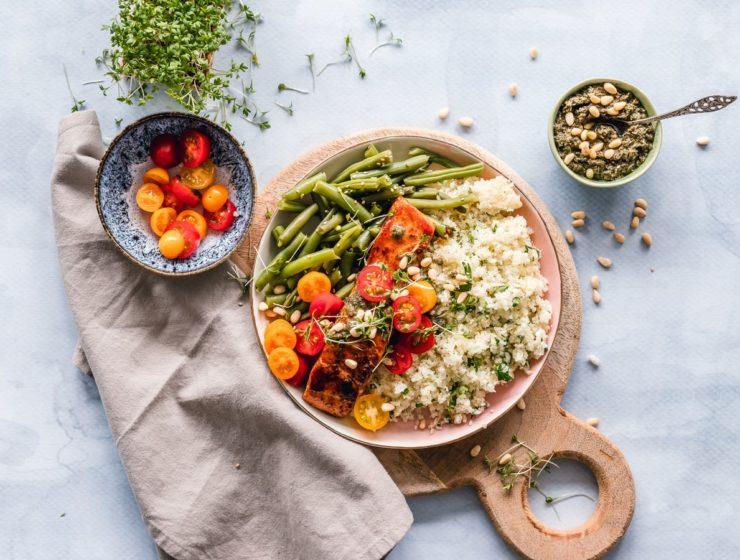 Platou cu salată cu quinoa