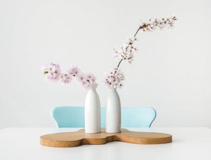 Vaze albe cu flori de cireș