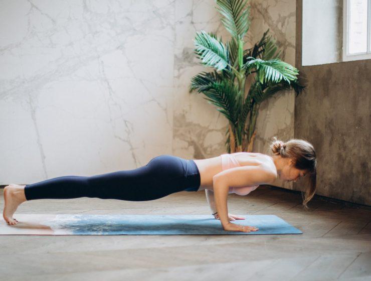 Femeie care practică yoga