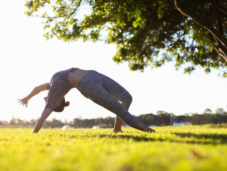 Femeie care practică yoga în natură