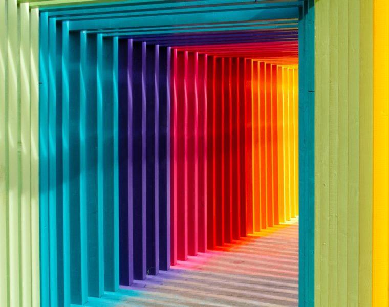 Pereți colorați cu roșu, galben, albastru, verde, indigo-violet, portocaliu