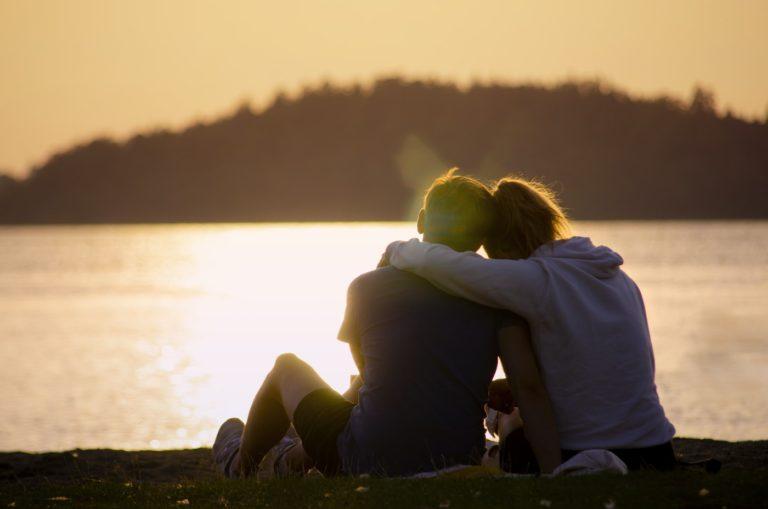 Stilurile de atașament – ce sunt, cum se manifestă și cum ne influențează viața relațională
